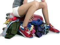 maleta llena de ropa de viaje de estudiantes